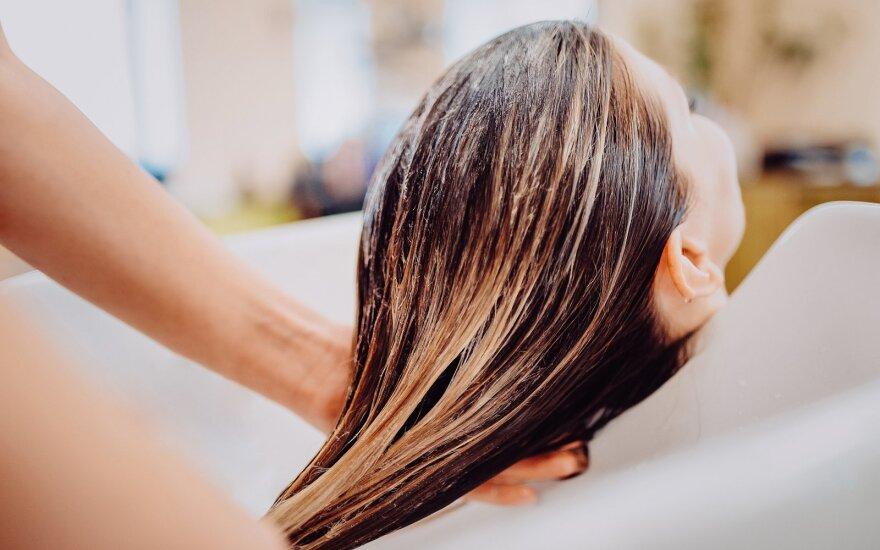 5 požymiai, kad galvą plaunate pernelyg dažnai