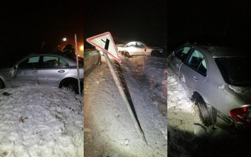 Paaugliai pavogė sugėrovo automobilį, išvertė kelio ženklą ir spruko iš avarijos vietos