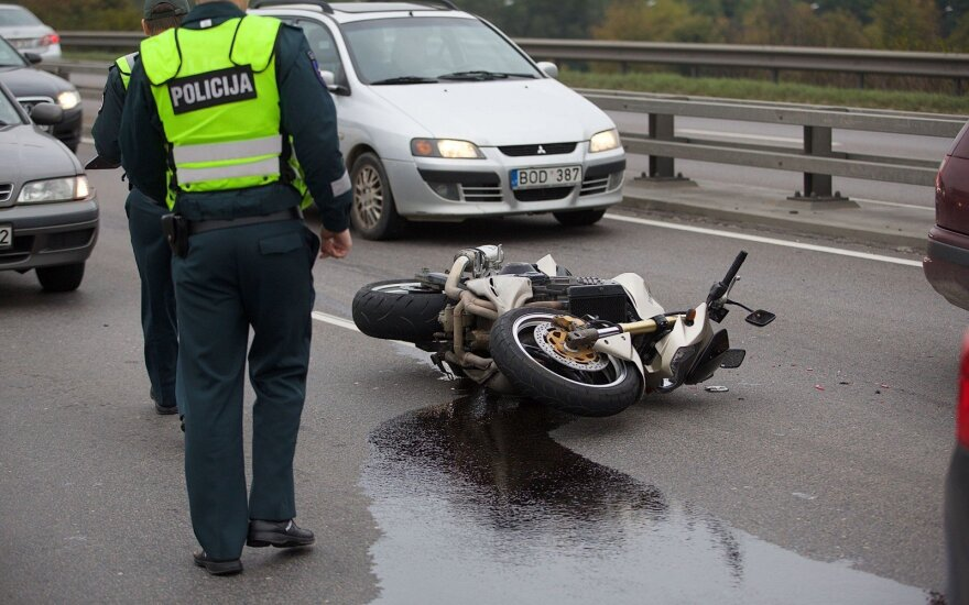Eismą paralyžavusi motociklo avarija