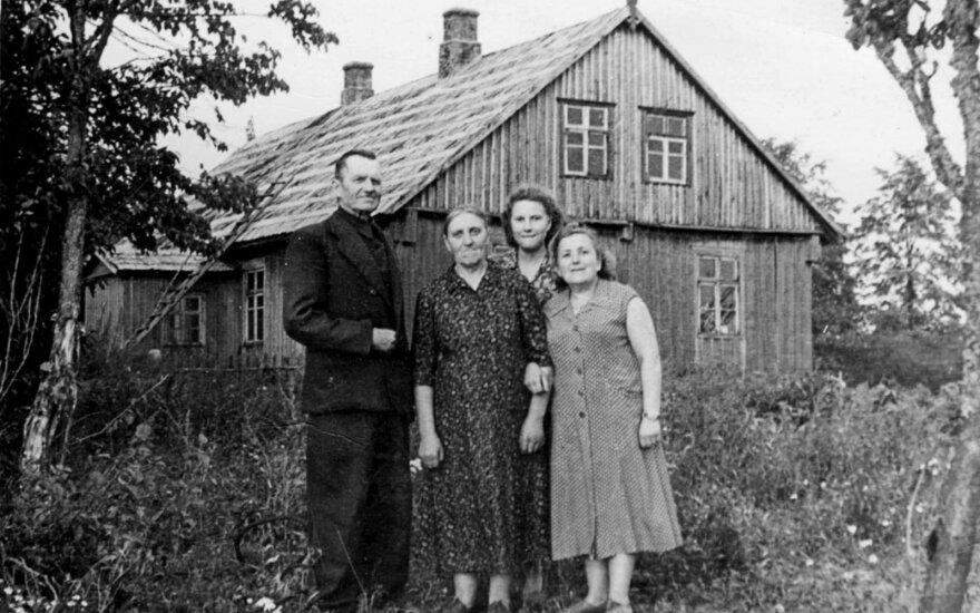 Sofija ir Pranas Kasperaičiai su jų išgelbėtąja Basia Abelmanaite-Jankelovičiene (dešinėje) ir jų dukra Kazimiera prie gimtosios sodybos Imbarėje. XX a. 7-as dešimtmetis. Nuotr. iš Gražinos Kasperaitytės-Selkauskienės archyvo.