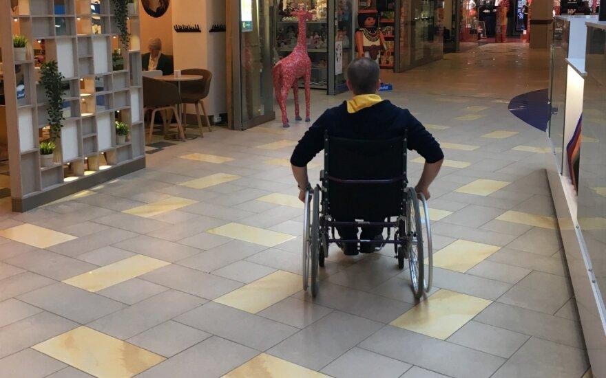 """Socialinis eksperimentas: vyrą neįgaliojo vežimėlyje potencialūs darbdaviai tiesiog """"nurašydavo"""""""