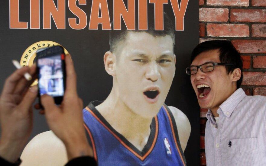 Jeremy Lino gerbėjas prie krepšininko plakato