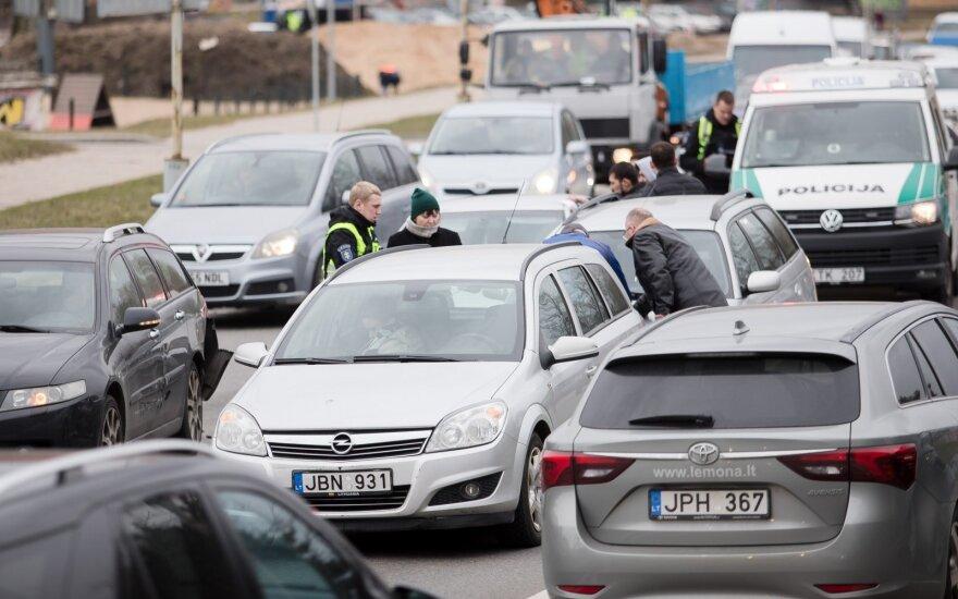 Masinė avarija Vilniuje: transporto priemonės apsunkino eismą
