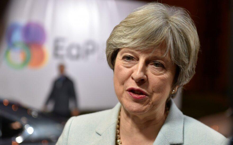 May: Londonas palaiko NATO politiką Rusijos atžvilgiu