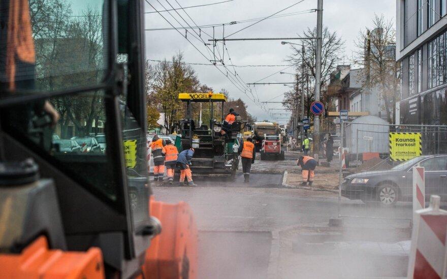 Asfaltuojamas Savanorių prospektas Kaune