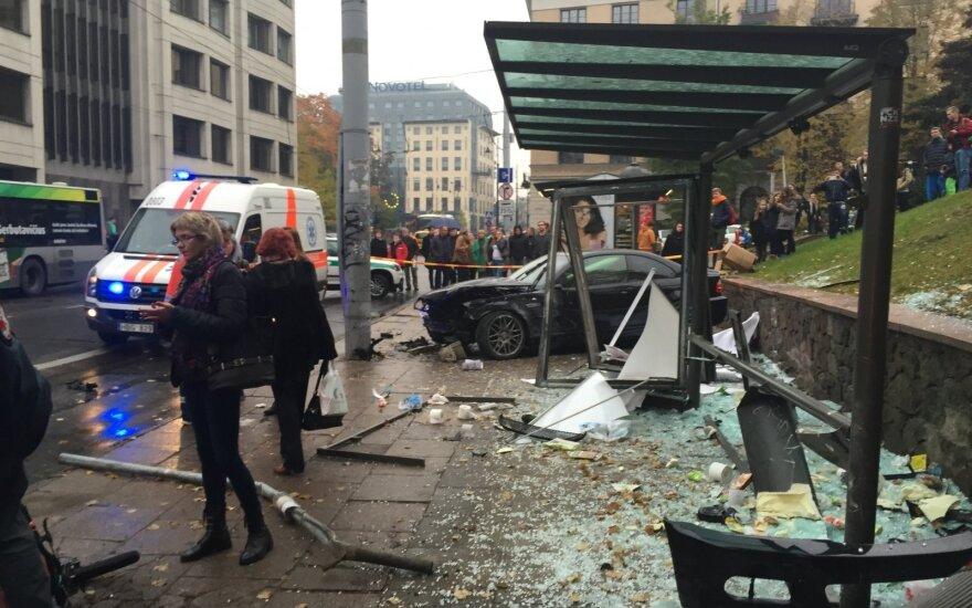 Sostinėje automobilis įlėkė į stotelę, sužalotuosius gelbėjo Vyriausybės rūmus saugantys pareigūnai