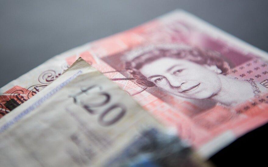 JAV dolerio kursas lėtai kopia aukštyn euro atžvilgiu, pinga svaras