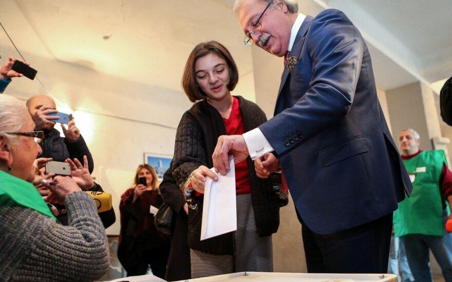 Sakartvelo kandidatas į prezidentus Grigolas Vašadzė atiduoda savo balsą