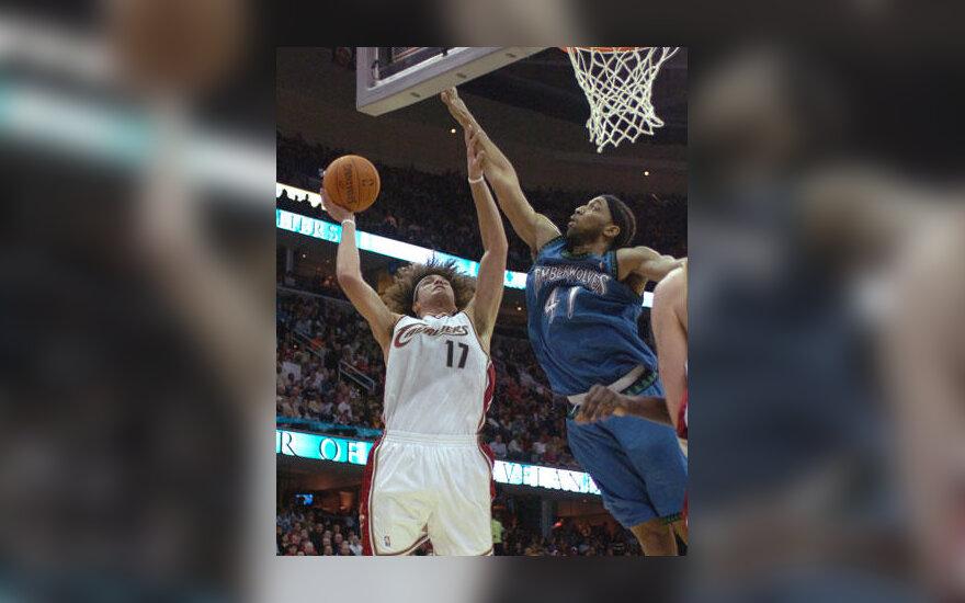 """Andersonas Varejao (""""Cavaliers"""") atakuoja per Eddie Griffiną (""""Timberwolves"""")"""