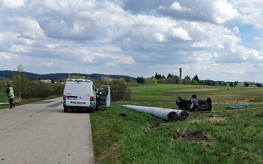 Utenos rajone per avariją apsivertė automobilis, žuvo trys žmonės