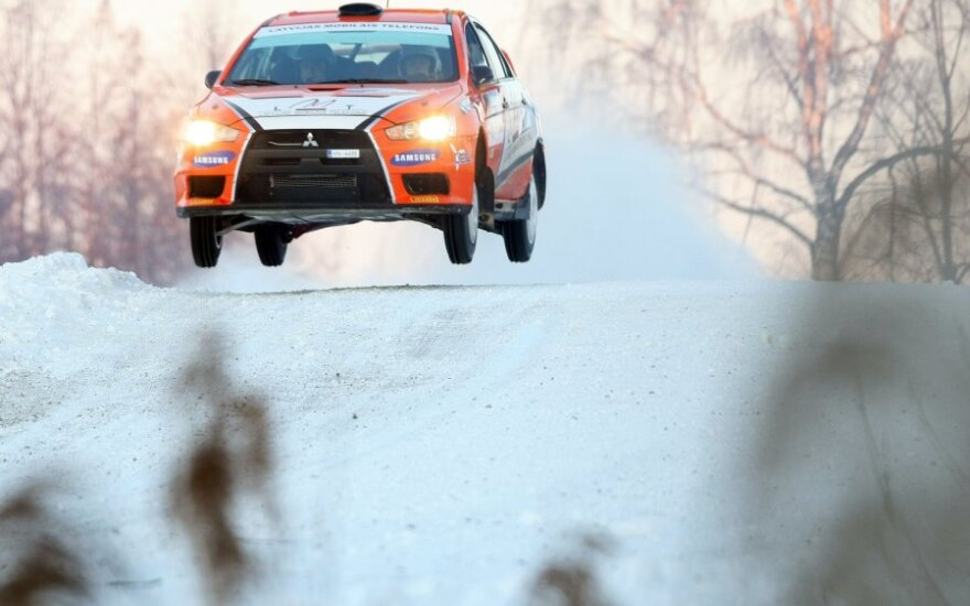 """Utenoje prie """"Halls Winter Rally 2012"""" starto stojo 83 lenktynininkų ekipažai, atstovaujantys septynioms skirtingoms šalims. 12 01 28 DELFI T.Vinicko nuotr."""