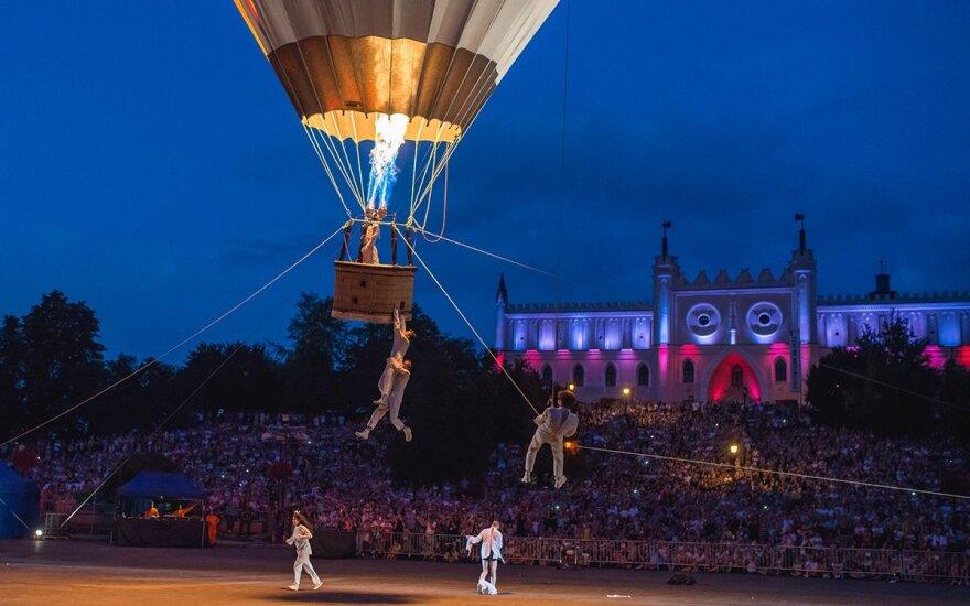 """Gatvės teatro festivalis """"SPOT"""": kvapą gniaužiantys akrobatiniai triukai ir menas netikėtose erdvėse"""