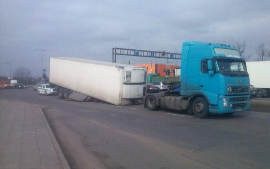 Vilniuje ant kelio nukrito 22 tonas sveriantis šaldytuvas