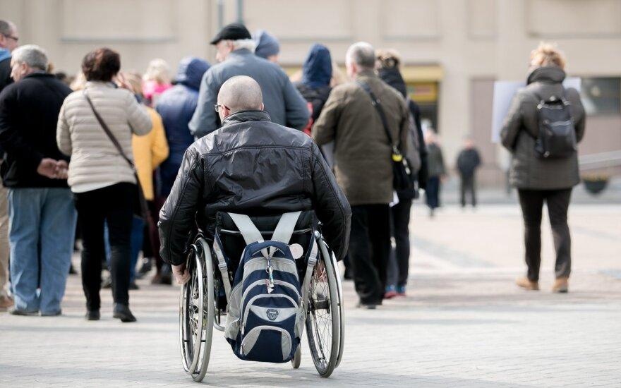 Teigiamai vertina viešajame sektoriuje svarstomus planus didinti neįgaliųjų kvotas