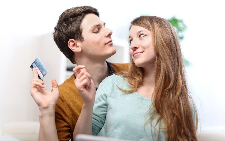 Slepiate pinigus nuo sutuoktinio? Situacijos, kada slapta turėti savų pinigų – tiesiog būtina