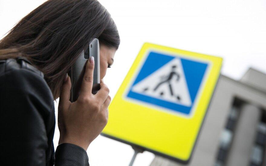 Svarstys, ar perėjose drausti naudotis mobiliaisiais
