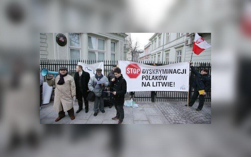 Lenkai protestuoja prie Lietuvos ambasados Varšuvoje (PAP nuotr.)