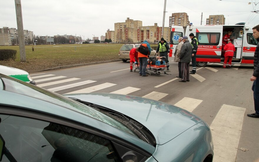 Nelaimės pėsčiųjų perėjose nesibaigia: it akis išdegę lekia ne tik automobilių vairuotojai, bet ir dviratininkai bei paspirtukininkai