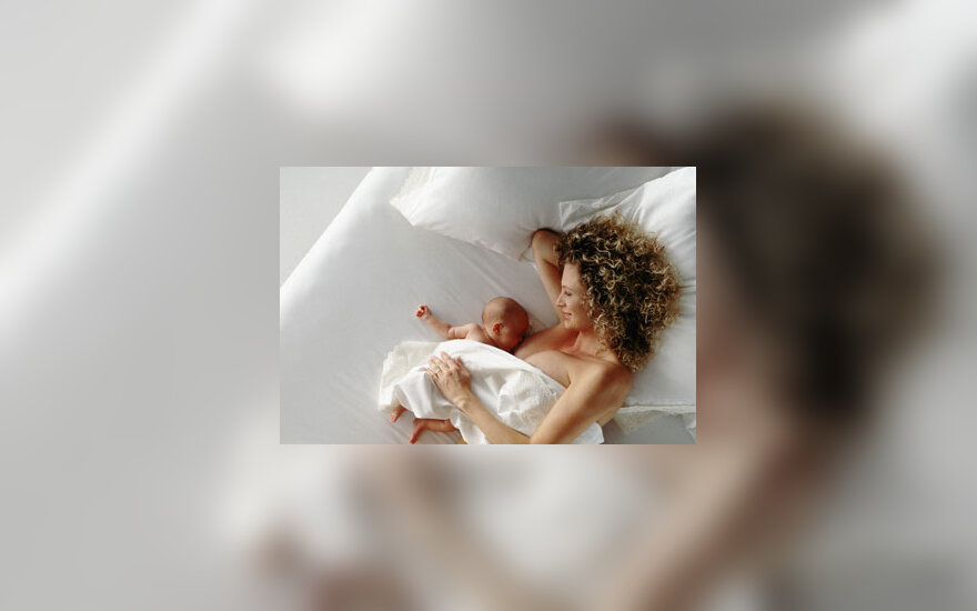 Moteris maitina kūdikį, žindymas