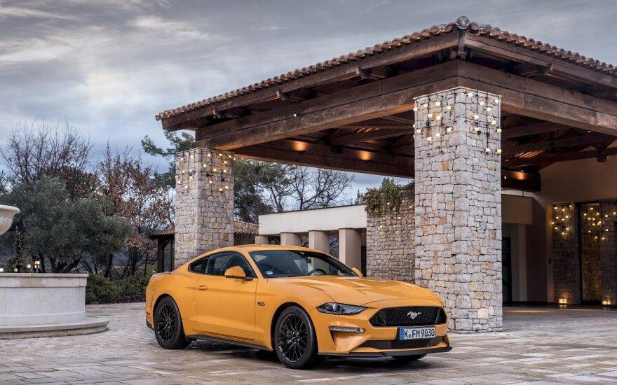 """""""Ford Mustang"""" tapo geriausiai parduodamu sportiniu automobiliu pasaulyje"""