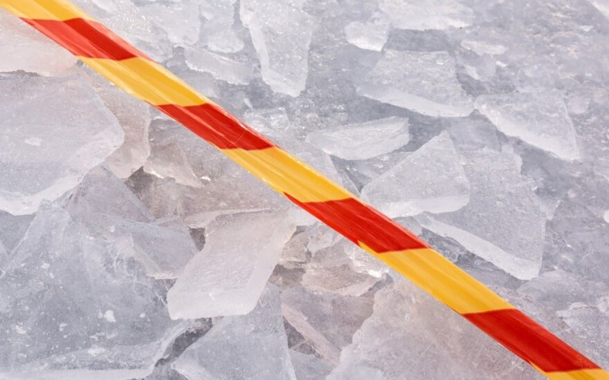 Šventinį žvejų sveikinimą sugadino pokšintis ledas