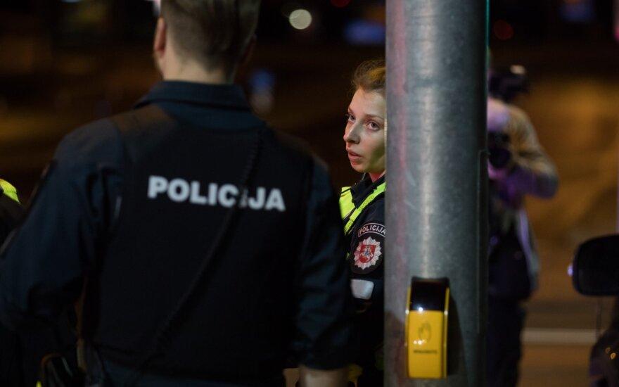 Agresyvios senjorės siautėjimas Kaune: pasipriešino sulaikoma, vieną pareigūną bandė sužaloti peiliu