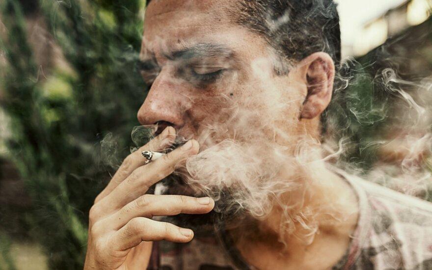 Tomilinas: daugiabučių gyventojai turi teisę į namus be tabako dūmų