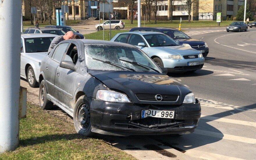 Po avarijos Vilniuje užsiliepsnojo automobilis