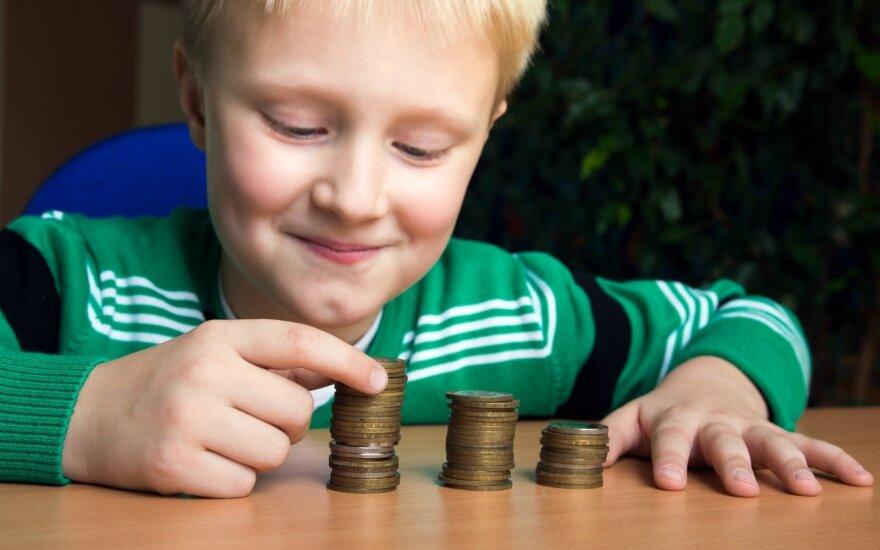 Naudingi patarimai tėvams, kaip su vaikais kalbėti apie pinigus