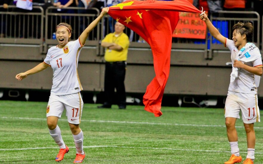 Kinijos futbolininkės džiaugiasi pergale