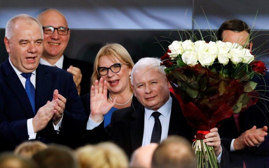 """Apklausos: """"Įstatymas ir teisingumas"""" laimėjo rinkimus Lenkijoje"""