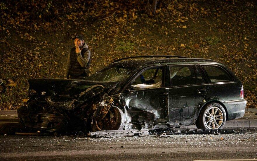 Mergina Vilniuje sukėlė avariją: visiškai sudaužyti automobiliai, du žmonės ligoninėje