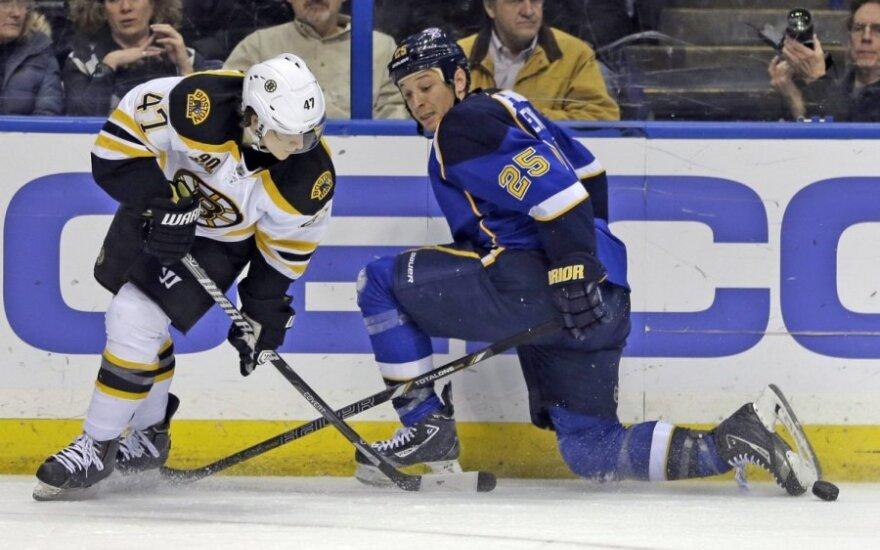 """Torey Krugas (kairėje, """"Bruins"""") kovoja su Chrisu Stewartu (""""Blues """")"""