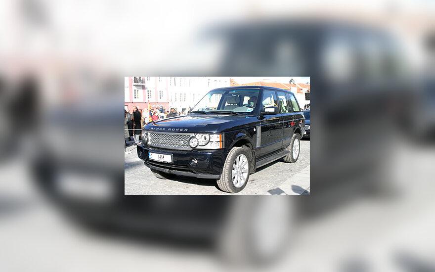 """Šiuo visureigiu """"Range Rover"""" į Rotušės aikštę atvyko karalienė Elžbieta II su vyru princu Filipu."""