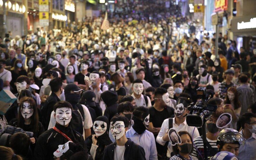 Honkonge protestuotojai užsidėjo Helovino kaukes, vyksta nauji susirėmimai