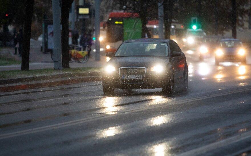 Dalyje Lietuvos rajonų eismo sąlygas trikdo iškritusi šlapdriba
