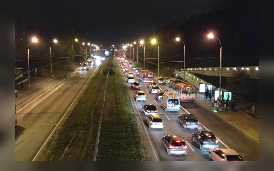 Chaosas sostinės gatvėse užtruko - prie spūsčių prisidėjo ir viešasis transportas