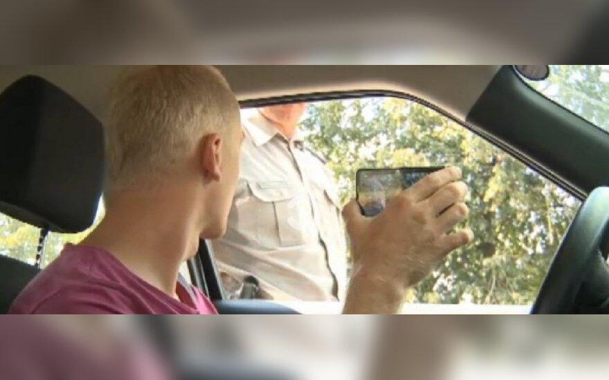 Vairuotojas filmuoja policininką