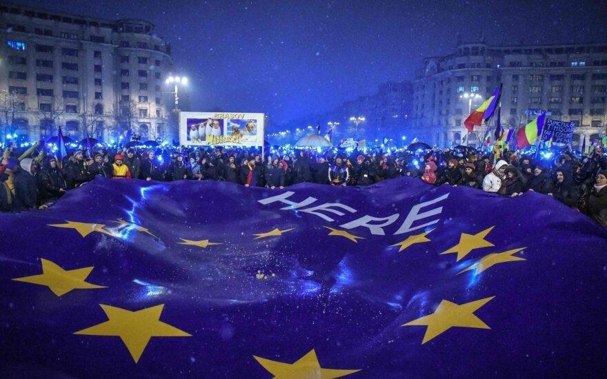 Protestuotojai laiko ES vėliavą Bukarešte