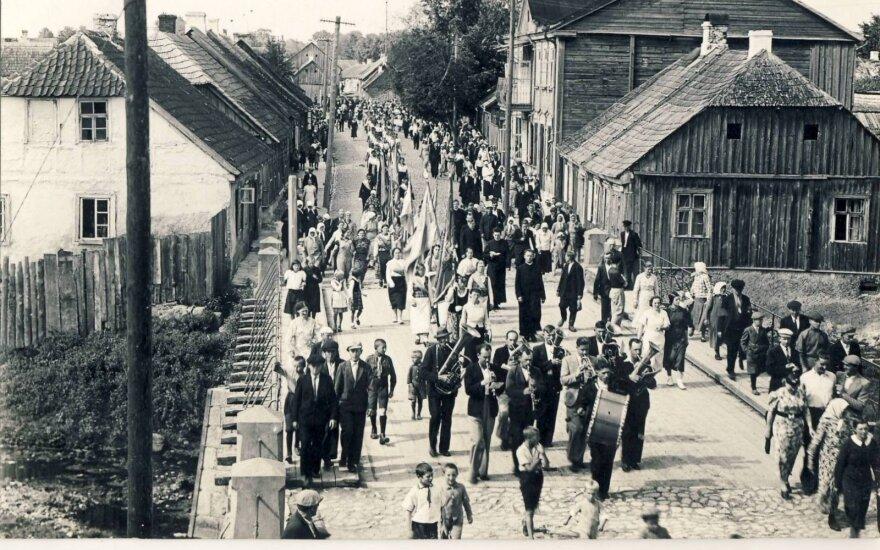 Tautinė eisena per Švėtės tiltą XX a. tarpukariu