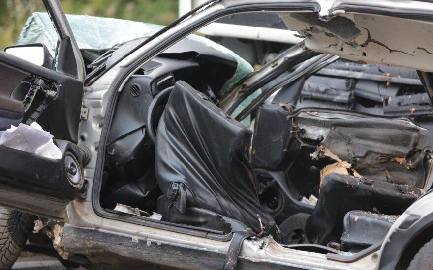 """Kraupi avarija Vilniaus rajone: po smūgio į sunkvežimį suknežintas """"VW Golf"""""""