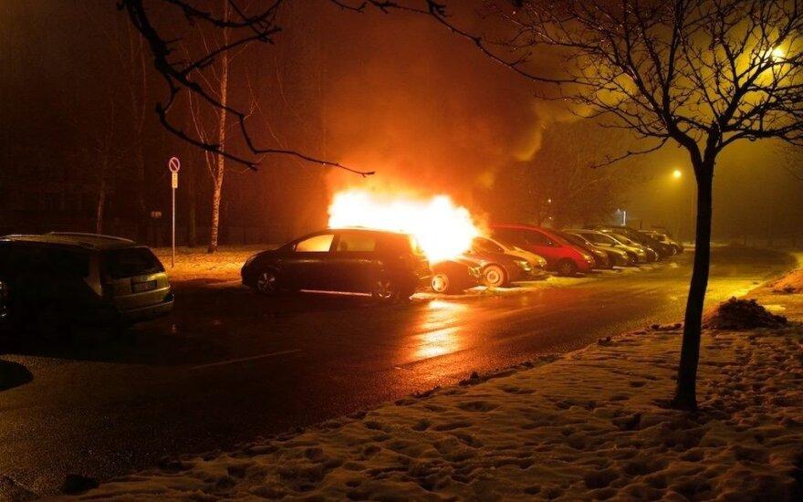 Naktį Vilniuje liepsnojo automobilis - įtariamas padegimas