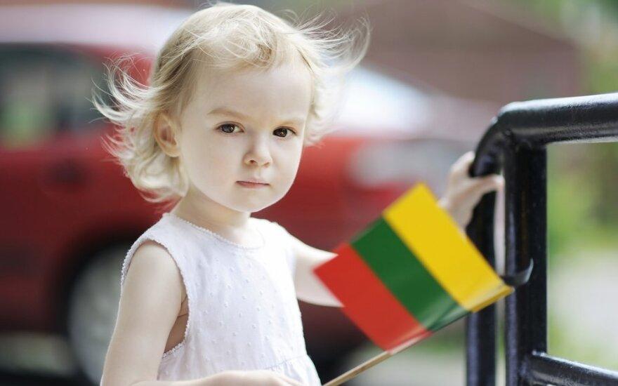 Lietuvaitė mergaitė su vėliava