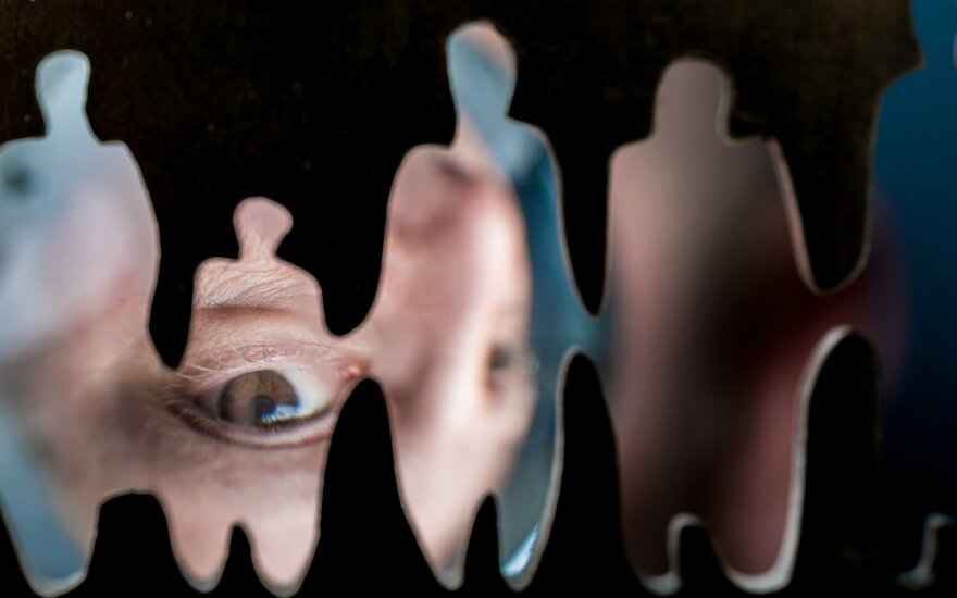 Feisbuke paplito šokiruojantis vaizdo įrašas: vyras seksualiai išnaudoja mažametį