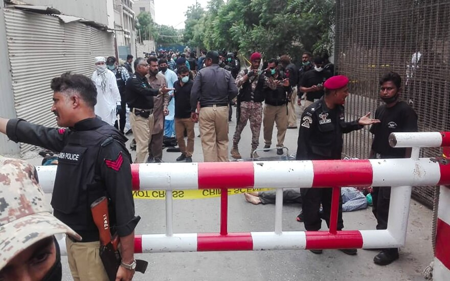 Karačyje ginkluoti užpuolikai įsiveržė į Pakistano vertybinių popierių biržos pastatą