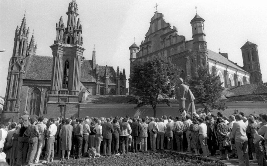 1987 rugpjūčio 23d. įvyksta pirmasis mitingas LTSR prie Adomo Mickevičiaus paminklo