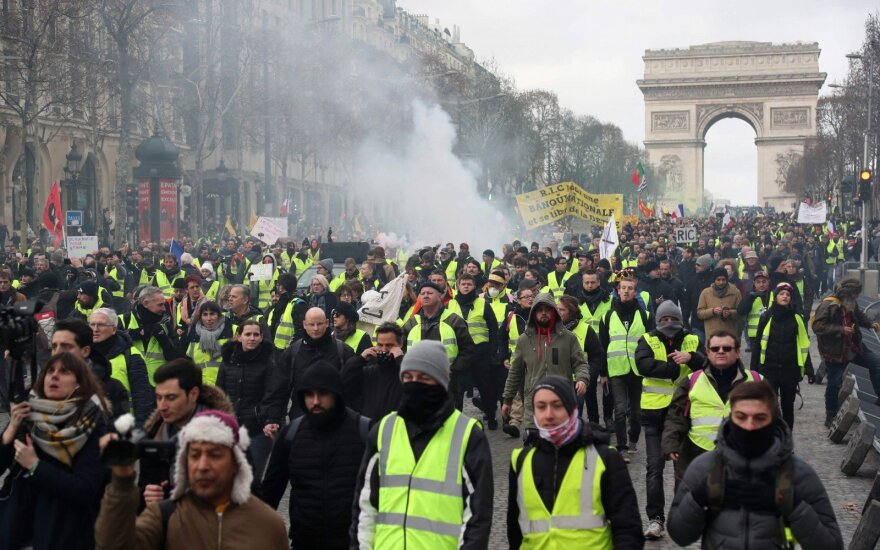 """Prancūzijoje policija panaudojo ašarines dujas prieš """"geltonųjų liemenių"""" protestuotojus"""