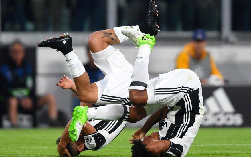 """""""Juventus"""" talentas Paulo Dybala švenčia įvartį su Juanu Cuadrado"""