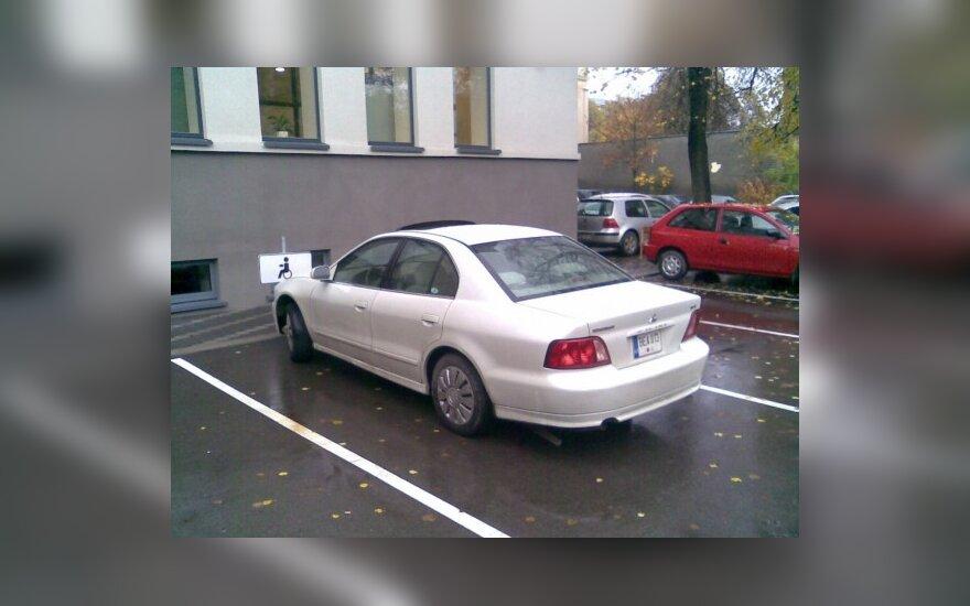 Kaune, prie Kauno apygardos teismo rūmų. 2009-10-28