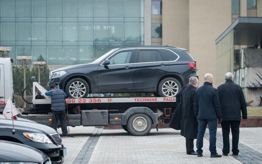 JAV atstovą į iškilmes Seime atvežė girtas vairuotojas: aikštelėje sudaužė BMW